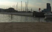 Turyści wskakują do wody przy Marinie w...