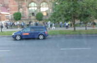 Tłum ludzi przed budynkiem NBP