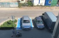 Sprawny mężczyzna parkuje na miejscu dla inwalidów