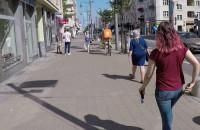 Pełno rowerzystów na chodniku ul. Świętojańskiej