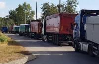 Kilkadziesiąt ciężarówek czeka na wjazd do portu