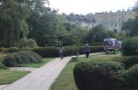 Interwencja policji i ratowników na skwerze Mowińskiego - Witomino