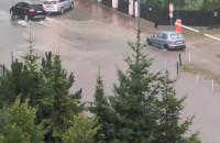 Myśliwska zalana. Samochody omijają ...