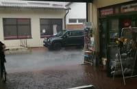 Ulewa w Oliwie. Zalana ulica Obrońców Westerplatte