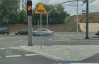 Na alei Adamowicza auto najechało na przeszkodę leżąca na jezdni