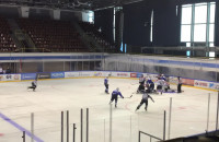 Bójka na sparingu hokeja ...
