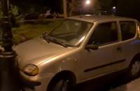 """Auto """"zaparkowane"""" na słupie ..."""