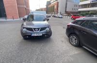 Mistrz parkowania na samym środku