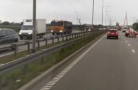 Korek po zderzeniu dwóch aut w tunelu