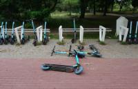 Hulajnogi porzucone na chodniku w Sopocie