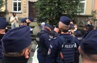 Policja spisuje kontrmanifestantow ...