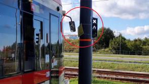 Słup, o który zawadzają tramwaje na al. Adamowicza