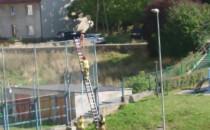 Straż pożarna ściąga manekina z ogrodzenia...