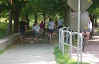 Rowerzyści na ścieżce spacerowej