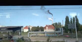 Gęsty dym z kominów elektrociepłowni w Gdańsku