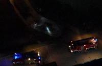 Strażacy dogaszają auto na Zaspie