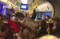 Tłok w tramwaju i komunikat o zachowaniu odstępu