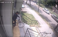 Złodziej kradnie rower z klatki schodowej
