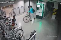 Złodziej kradnie jednoślad z rowerowni