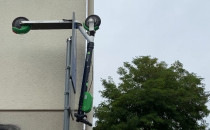 Hulajnoga w Sopocie zaparkowana na znaku