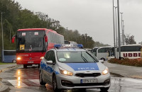 Autokary wyjeżdżają spod CH Riviera