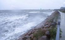 Wzburzone morze przy wejściu do portu w...