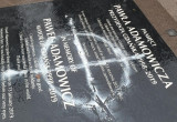Zniszczona tablica pamięci Pawła Adamowicza