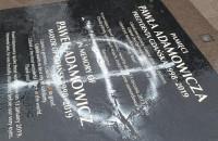 Zniszczona tablica pamięci P. Adamowicza