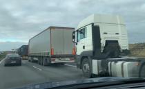 Sznur ciężarówek na obwodnicy