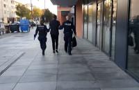 Mężczyzna w skarpetkach prowadzony przez policję