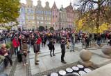 Tłum pikietujących w centrum Gdańska