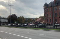 Tłum demonstrantów idzie w stronę biurowca Zieleniak
