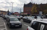 Protestujący kierowcy jadą w kierunku dworca PKP w Gdańsku