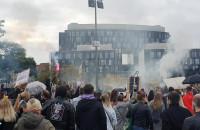 Protestujący pod pomnikiem Poległych Stoczniowców w Gdańsku
