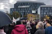 Tłum opuszcza plac Trzech Krzyży i rusza dalej