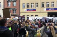Protesty przy biurach posłów PIS