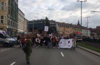 Protestujący maszerują Wałami Jagiellońskimi