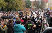 Tłumy protestujących na Targu Drzewnym w Gdańsku