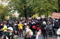 Protestujący skandują pod biurami posłów PIS-u