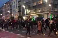 J... ć PiS skandują protestujący na Świętojańskiej