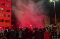 Protestujący w Gdyni odpalili race