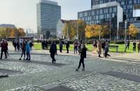 Coraz więcej ludzi na pl. Solidarności