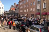Tłum osób na ul. Węglarskiej