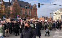 Demonstranci wznoszą ostre hasła
