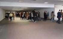 Protestujący w tunelu przy dworcu Gdańsk...