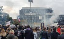 Protestujący pod pomnikiem Trzech Krzyży w...