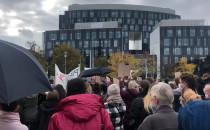 Tłum opuszcza plac Trzech Krzyży i rusza...