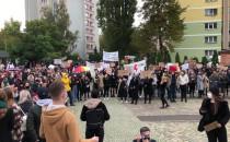 Demonstrujący ws. praw kobiet na pl....