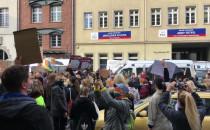 Protestujący przy biurach posłów PIS na...
