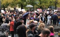 Protestujacy krzyczą do policji, by...
